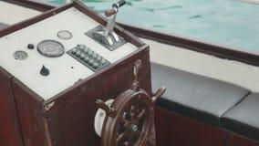 Lenkrad des alten Bootes vom Holz stock footage