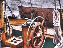 Lenkrad eines klassischen Segelboots stockbild