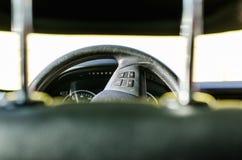 Lenkrad herein das Auto lizenzfreies stockbild