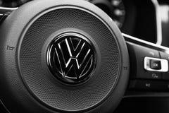 Lenkrad mit Firmenzeichen VW Stockfotografie
