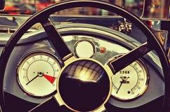 Lenkrad und Geschwindigkeitsmesser des Retro- Autos mit datchykamy Retro- s Stockbild