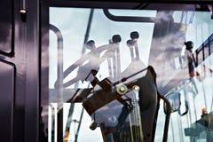 Lenkrad und Hebel im Cockpit des Bewegungssortierers stockbild