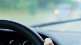 Lenkrad während des Autofahrens, Regen, Automobil führend stock footage