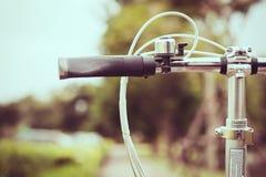 Lenkstange vom Fahrrad im Weinleseton Stockfotos