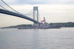 Lenkwaffenzerstörer USSs McFaul der Marine Vereinigter Staaten während der Parade von Schiffen an Flotten-Woche 2014 Stockfoto