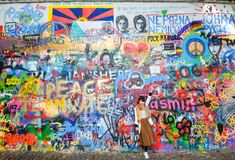Lennon Wall eller John Lennon Wall, Prague Tjeckien Sedan 80-tal det har varit symbolet av globala ideal liksom förälskelse och p Fotografering för Bildbyråer