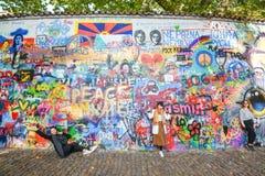 Lennon Wall eller John Lennon Wall, Prague Tjeckien Sedan 80-tal det har varit symbolet av globala ideal liksom förälskelse och p Royaltyfri Foto