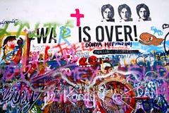 Lennon Wall in Lesser Town van Praag, wat een verwijzing naar zanger John Lennon daar van de jaren '70 van de 20ste eeuw is is in stock foto