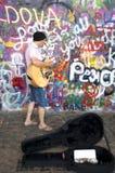 Lennon Wall, sedan 80-tal fylls med John Lennon-inspi Arkivbilder