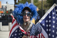 Lenny Lipschitz draagt Amerikaanse vlaggen vóór Yankeesspel Stock Foto