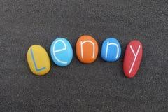Lenny, nome dado masculino composto com as pedras coloridas sobre a areia vulcânica preta fotografia de stock