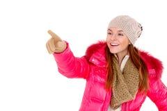 Lenço e tampão vestindo do revestimento do inverno da jovem mulher Imagens de Stock