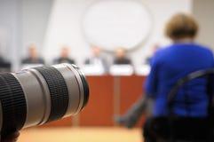 Lens bij persconferentie. Stock Afbeeldingen