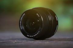 Lens för kamera, på ett gammalt träskrivbord, svart lins, fotograf royaltyfria bilder