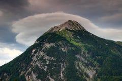 Lens formade molnet ovanför det Polinik maximumet, Carnic fjällängar, Österrike Royaltyfria Foton