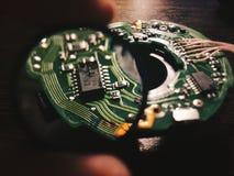 Lens inom makro av den tillbaka sidan av ett strömkretsbräde fotografering för bildbyråer