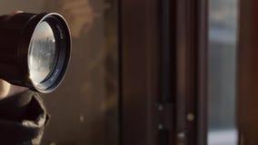 Lens med reflexion, damm och ilsken blick flyger i ramen lager videofilmer
