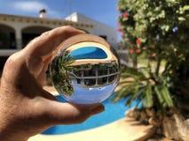 Lensball villa med simbass?ngen royaltyfri bild