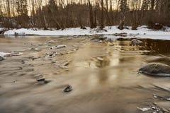 Lentamente fluir el río fotografía de archivo