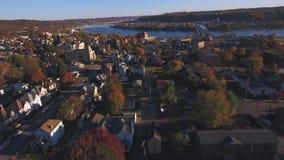 Lentamente mudanza adelante de la antena de la pequeña ciudad occidental típica de Pennsylvania almacen de video