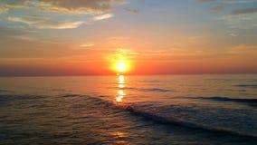 Lentamente osservare giù al tramonto l'orizzonte di mare al mare ondeggia video d archivio