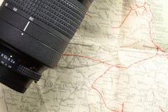 Lente con el mapa Imagen de archivo libre de regalías