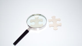 Lente con il puzzle vuoto Foto di concetto Immagini Stock
