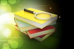 Lente d'ingrandimento che prova a trovare il libro giusto Immagini Stock