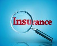 Lente d'ingrandimento che rivela l'assicurazione di parola scritta nel rosso illustrazione vettoriale