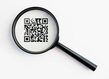 Lente d'ingrandimento con il qr-codice Immagine Stock Libera da Diritti
