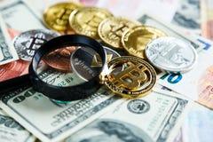 Lente d'ingrandimento cripto della depressione di Bitcoin di valuta sul fondo tradizionale reale degli euro investimento, affare fotografia stock libera da diritti