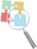 Lente d'ingrandimento di puzzle del puzzle della soluzione Fotografia Stock
