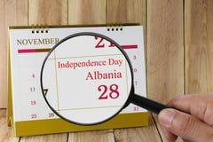 Lente d'ingrandimento a disposizione sul calendario potete guardare l'indipendenza D Fotografie Stock