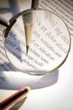Lente d'ingrandimento e penna Fotografie Stock