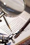 Lente d'ingrandimento e penna Fotografie Stock Libere da Diritti