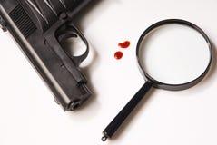 Lente d'ingrandimento, gocce di anima e pistole Fotografie Stock Libere da Diritti