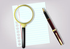Lente d'ingrandimento, penna e taccuino sulla tavola Fotografia Stock