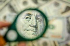 Lente d'ingrandimento su cento dollari Fotografia Stock Libera da Diritti