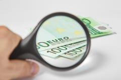 Lente d'ingrandimento sugli euro di carta Fotografie Stock