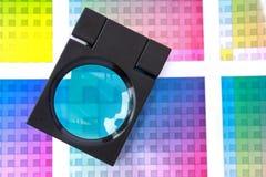 Lente d'ingrandimento sui campioni di colore - ciano Immagini Stock Libere da Diritti