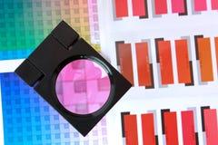 Lente d'ingrandimento sui campioni di colore - fucsina Immagine Stock Libera da Diritti