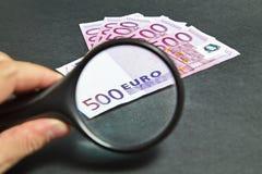 Lente d'ingrandimento sui cinquecento euro di carta Fotografie Stock Libere da Diritti