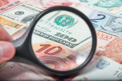 Lente d'ingrandimento sui dollari americani Immagini Stock Libere da Diritti