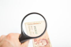 Lente d'ingrandimento sui pesi colombiani Immagini Stock