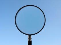Lente d'ingrandimento sulla priorità bassa del cielo blu Fotografia Stock Libera da Diritti