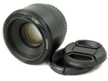 Lente da câmera DSLR e tampão de lente pretos isolados Imagens de Stock
