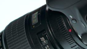 Lente da foto - a mão ajusta o anel do foco filme