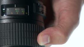 Lente da foto - a mão ajusta o anel do foco video estoque