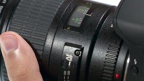 Lente da foto - a mão ajusta o anel do foco vídeos de arquivo