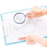 Lente de aumento e gráficos Imagens de Stock